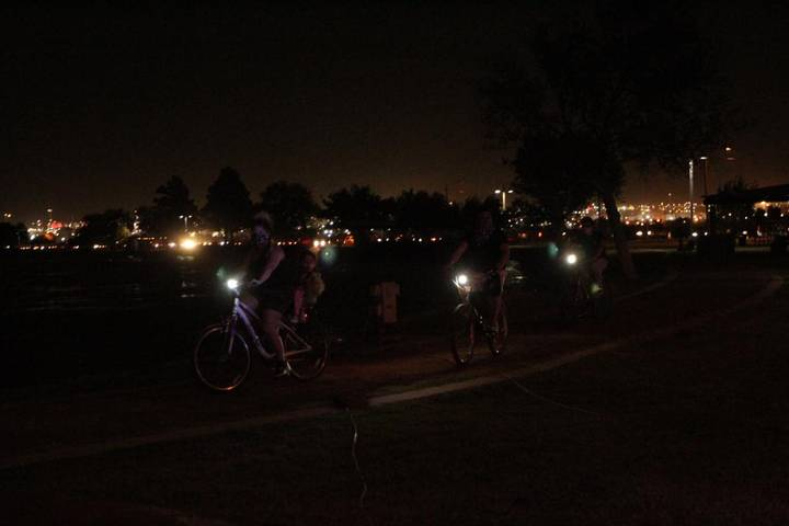 Se alzan 23 luces al cielo a un año de la masacre en el Paso, Texas
