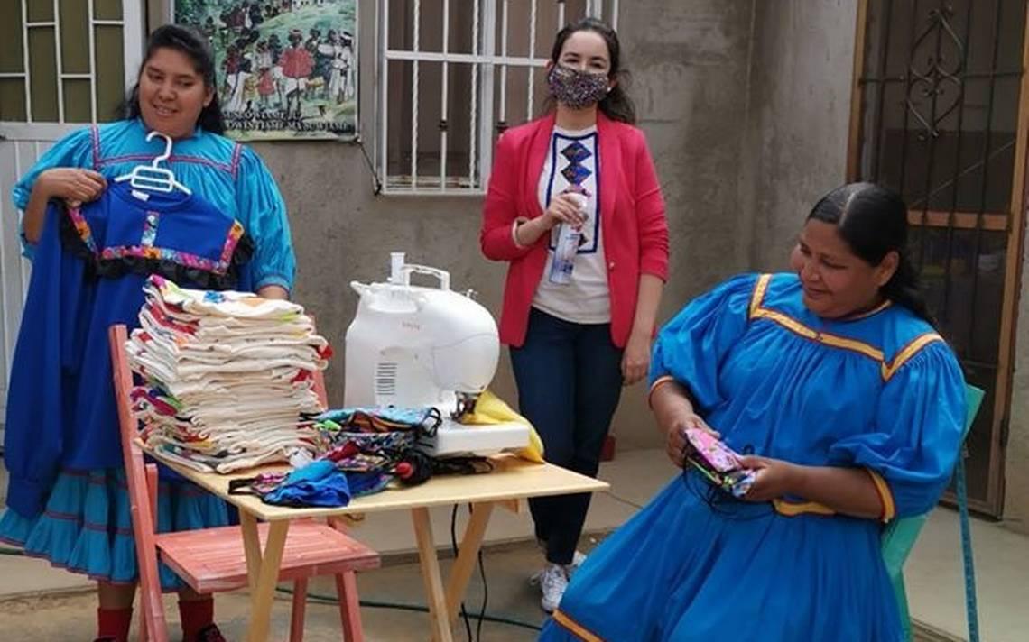 artesanas mostrando su trabajo